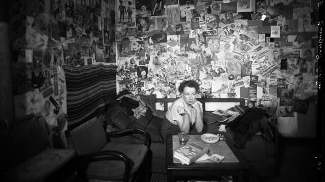 Irmgard Keun in ihrer Wohnung