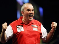 PHIL THE POWER TAYLOR ENGLAND SCHOTTLAND FINALE WORLD CUP OF DARTS EISSPORTHALLE FRANKFURT PUBLICATI