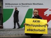 Ein einsamer Atomkraft-Gegener vor der Landesvertretung NRW, dem Ort der Koalitionsverhandlungen. Foto: ddp