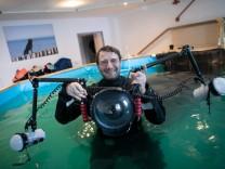Fotograf, der Hunde unter Wasser fotografiert. Er heißt Sven Gruse und arbeitet mit einer Hunde- und Pferdetherapeutin zusammen, weil die ein Schwimmbecken hat.