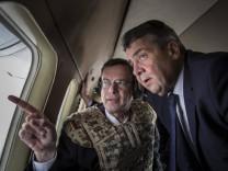 Sigmar Gabriel R SPD Bundesaussenminister laesst sich die zerstoerte Deutsche Botschaft waehren