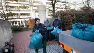 Müllsammeln Olympiadorf. Da die Müllsammelschächte verstopft sind, muss der Müll so abgeholt werden.