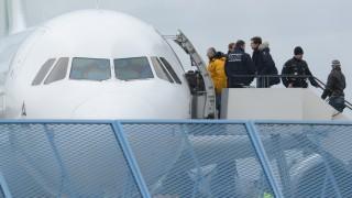 Flüchtlinge: Abgelehnte Asylbewerber steigen 2015 in Rheinmünster (Baden-Württemberg) in ein Flugzeug.