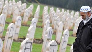 feindbild islam anti-silamische slogans auf gräbern in frankreich, afp