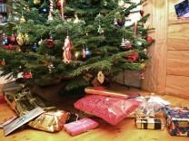 Weihnachtsgeschenke unter Christbaum