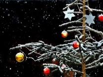Geschmückter Christbaum im Schnee