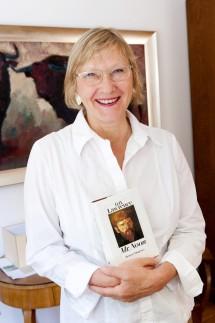 Elisabeth Tworek, Chefin der Monacensia mit dem Buch 'Mr. Noon' von D.H. Lawrence