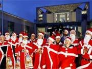 Die Weihnachtsmänner vor dem Kanzleramt hätten sich sicher ein sofortiges Konjunkturprogramm gewünscht. Das kam zum Glück nicht. Foto: dpa