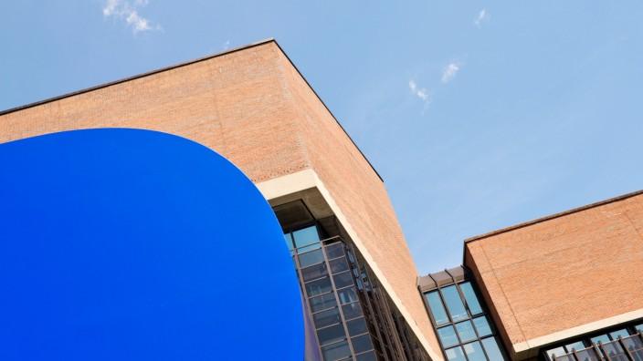 """Skulptur """"Gerundetes Blau"""" am Gasteig in München, 2017"""