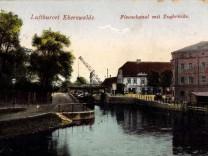 Eberswalde im Kreis Barnim Finowkanal mit Zugbrücke Hafenkran Häuser AUFNAHMEDATUM GESCHÄTZT