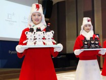 Bilder des Tages SPORT Pyeongchang Olympics Models donning the outfits for assistants who will car
