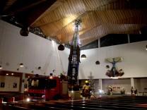 Feuerwehr fährt Drehleiter in Kirche aus