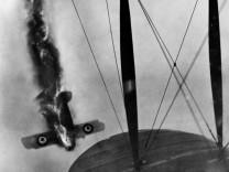 Abstürzendes britisches Flugzeug an der Westfront im Ersten Weltkrieg