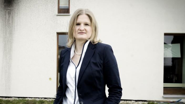 Metten: AfD-Politikerin Katrin Ebner-Steiner vor ihrem Haus /Teer-Anschlag