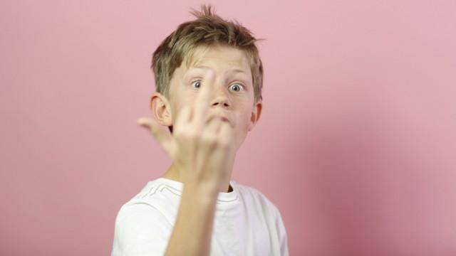 Junge zeigt seinen Mittelfinger Bonn Germany 02 11 2012 MODEL RELEASE vorhanden Bonn Deutschlan