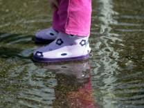 Bruck: NASSE FUESSE / mit Gummistiefeln in Regenpfuetze