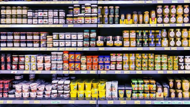 Supermarkt Regal mit verschiedenen Produkten diverse Brotaufstriche Schokocremes Honig Marmelad