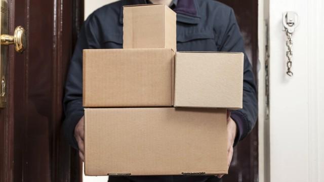 Paketbote bringt mehrere Pakete Paketbote bringt mehrere Pakete