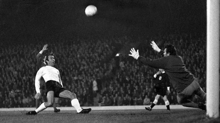 Football 1969 1970 First Division Liverpool 0 Tottenham Hotspur 0 Jimmy Greaves and Tommy Lawr; Tommy Lawrence FC Liverpool Torwart