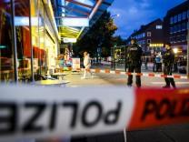 Polizeibeamte sichern den Tatort Messerattacke in Hamburg Angreifer tötet Kunde eines Edeka Super