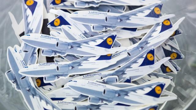 Kleine Flugzeuge mit Haftmagnet verteilt dieLufthansa.