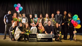 München: Städtische Salvator Realschule ist jetzt Schule ohne Rassismus Schule mit Courage. Feier zur Verleihung. Gruppenfoto der AG-Teilnehmer mit Paten und Verantwortlichen.