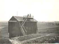 Balkonhütte des Geophysikalischen Observatoriums auf der Hasenheide bei Maisach 1927-1931, auf der Plattform ein Assistent mit Theodolit meisha
