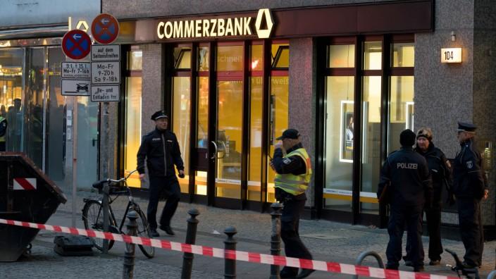 Polizei untersucht verdächtige Versandtasche in Bankfiliale