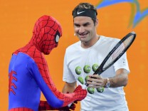 Bilder des Tages SPORT January 13 2018 Roger Federer and Spiderman entertain the crowd at the Ki