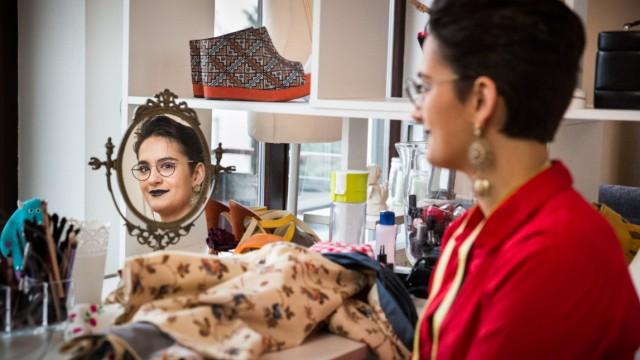 München: Stoffe, Spiegel und Schuhe:  Aline Mossmann ist 24 und hat ihr sicheres Medizinstudium aufgegeben, um sich an der renommierten Royal Academy of Fine Arts in Antwerpen zu bewerben, um dort Fashion Design zu studieren