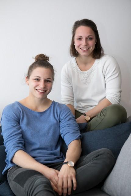 Die Zwillingsschwestern Theresa (blaues Oberteil) und Amelie Stoll, Judoka beim TSV Großhadern. in der neu eingerichteten Zwillings-WG in der Heiglhofstr. 11.