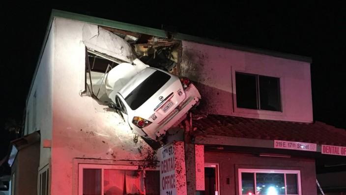 Auto fliegt in Haus