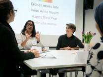 Clara Holzheimer (hinterm Tisch rechts) und Sara Beltrán-Tercero (hinterm Tisch links) im Gespräch mit Besuchern des Dialogcafes