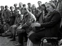 FILER OF GOLDA MEIR VISITING TROOPS ON GOLAN HEIGHTS IN 1973