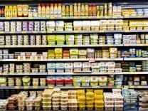 Supermarkt Regal mit verschiedenen Produkten Kühlregal Fertigprodukte Milchprodukte Butter Mar