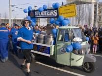 Fahrzeug der Brauerei Wolters bei einem Karnevalsumzug in Braunschweig.