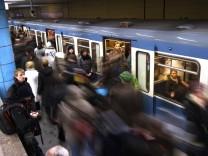 Fahrgäste an der U-Bahnstation Sendlinger Tor in München, 2012