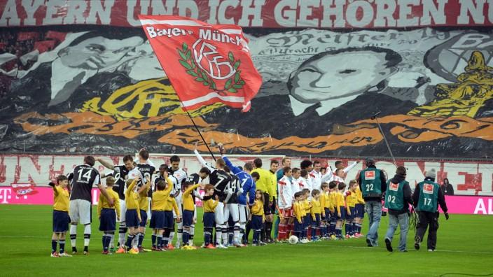 Fanchoreographie vor Anpfiff zum Gedenken des juedischen Bayern Praesidenten Kurt Landauer Fans Fuss