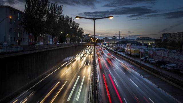 Hohe Verkehrsdichte auf der Berliner Stadtautobahn A100 nahe der Autobahnausfahrt Schmargendorf Ber