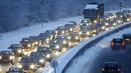 Wintereinbruch: Schneechaos legt Verkehr lahm, ddp