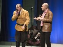 Taufkirchen, KUZ, Theaterstück nach Timur Vernes,  'Er ist wieder da',  Foto: Angelika Bardehle