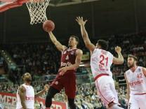 Jared Cunningham mit Ball FC Bayern gegen Augustine Rubit Bamberg Basketball DBBL Pokal