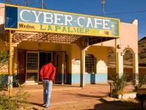 Jugendlicher geht in das Internetcafe La Palmeraie in Marokko Cybercafes dienen auch der Anbahnung