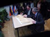 Die Bürgermeister Markus Kennerknecht und Thierry Plouvier bei der Unterzeichnung, Grafrath