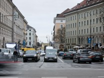 Brienner Straße. Geplante Einbahnstraße zwischen Odeonsplatz und Amiraplatz, so dass man vom Oskar-von-Miller-Ring kommend wie auf dem Bild zu sehen auf der rechten Spur nicht mehr bis zum Odeonsplatz durchfahren kann.
