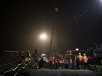 Schwerlastkran hebt neue Eisenbahnbrücke an ihren Platz