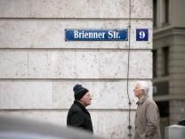 Brienner Straße. Geplante Einbahnstraße zwischen Odeonsplatz und Amiraplatz, der rechts neben der Nr. 9 vom Foto aus gesehen beginnt, so dass die Fahrtrichtung am Bild nach links in Zukunft nicht mehr möglich sein wird.
