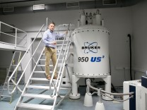 Professor Franz Hagn im NRM-Zentrum am Garchinger Campus. Am bayerischen Zentrum für magnetische Kernspinresonanz-Spektroskopie in Garching untersuchen Forscherinnen und Forscher mit Hilfe extrem starker Magnete die feinen Strukturen der Proteine. Ihr Zi