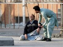 Nach dem Anschlag in Kabul trauert ein Mann um seinen getöteten Sohn.