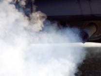 Rauchender Auspuff eines Autos